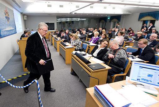 Linnapea Edgar Savisaar pidi veel kell üks öösel volikogu kõnepuldist linnavolinike küsimustele vastama. Foto: Mihkel Maripuu.